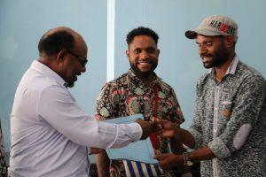 Usai Pertemuan, Ketua SAMN kota Jayapura Anias Lengka berjabatangan dengan ketua MPR Timotius Murib – (Agus Pabika – SP)