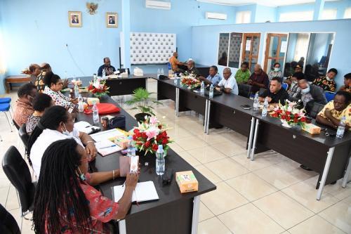 Ketua MRP Timotius Murib ketika memimpin rapat terbatas bersama alat kelengkapan dalam lembaga MRP, staf ahli MRP, pimpinan Pokja MRP dan juga Sekretariat MRP – Humas MRP