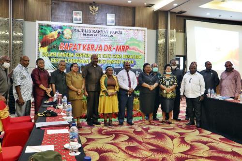 Foto bersama usai penyerahan Rancangan tata beracara Dewan Kehormatan diserahkan ke pimpinan MRP – Humas MRP