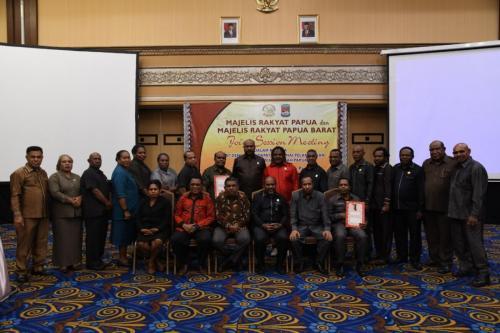 Majelis Rakyat Papua (MRP) dan Majelis Rakyat Papua Barat (MRPB) sepakat menggelar Rapat Dengar Pendapat (RDP) tentang pelaksanaan otonomi khusus Papua, dalam satu dokumen kerja sama kedua lembaga tersebut. – Humas MRP