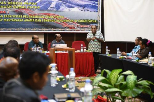 Kelompok Kerja Agama Majelis Rakyat Papua (MRP) pagi ini Selasa, 11 Agustus 2020 melakukan rapat kerja bersama Dewan Gereja Papua dan Jaringan Papua Damai (JDP) membahas agenda Penilaian efektivitas pelaksanaan Otsus Papua terhadap masyarakat agama dan lembaga lembaga keagamaan di tanah Papua - Humas MRP