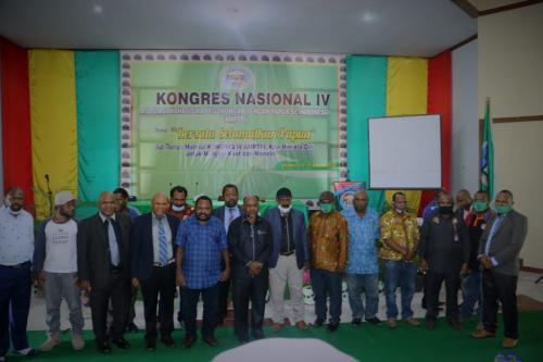 Foto bersama pendiri, senioritas AMPTPI dan MRP usai acara pembukaan Kongres ke-IV AMPTPI di Jayapura - Humas MRP