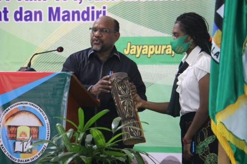 Ketua MRP Timotius Murib saat membuka kegiatan Kongres ke-IV AMPTPI di Sentani –  Humas MRP