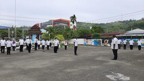 Di lingkungan Sekretariat Majelis Rakyat Papua (MRP) melakukan kegiatan rutin apel pagi tiap Rabu.  Pembina apel Sekretaris MRP Bapak Drs. Wasuok Demianus Siep.  Kegiatan berlangsung di halaman gedung MRP Kotaraja dan dihadiri seluruh staf Sekretariat MRP. (27/1/2021).