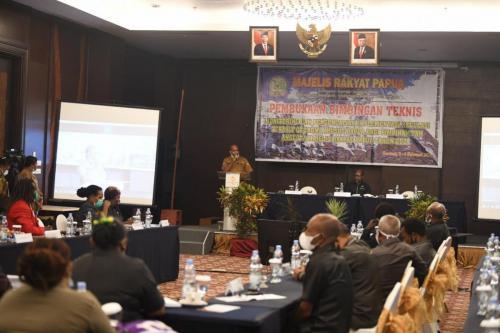 Pjs Sekda Papua Doren Wakerkwa ketika membawa sambutan dalam kegiatan pembukaan Bimtek MRP di Sentani - Humas MRP