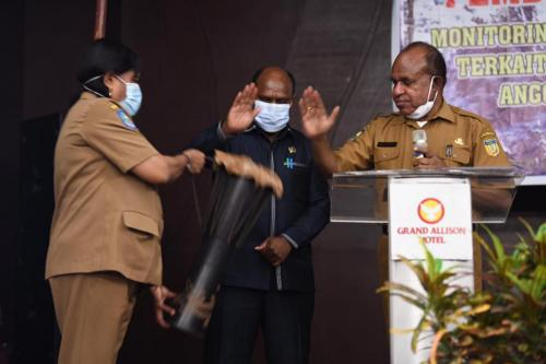 Pjs Sekda Papua Doren Wakerkwa bersama ketua MRP Timotius Murib memukul tifa tanda dibukanya Bimtek MRP yang berlangsung di Sentani – Humas MRP